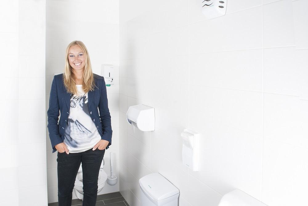 pani w toalecie publicznej
